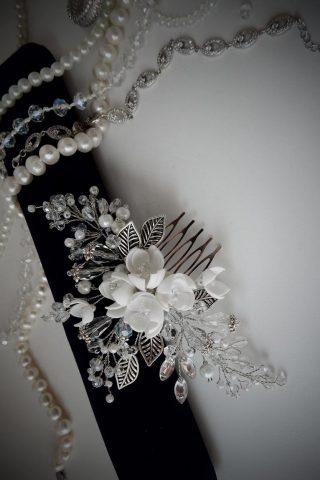 Белый гребень с цветами